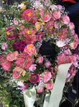Blumenkranz mit rosanen Rosen Trauerkranz